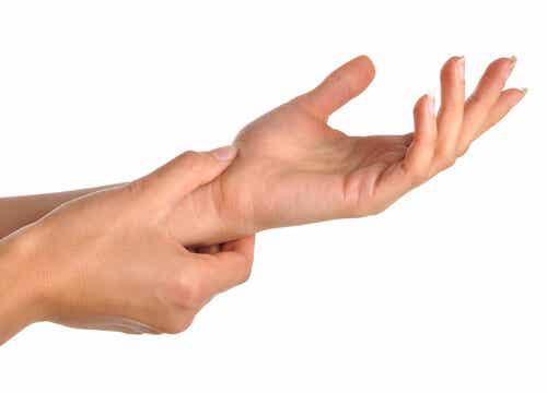 Hva forårsaker smerter i hånden og håndleddet?