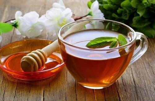 Rensende drikk med te, eddik og honning