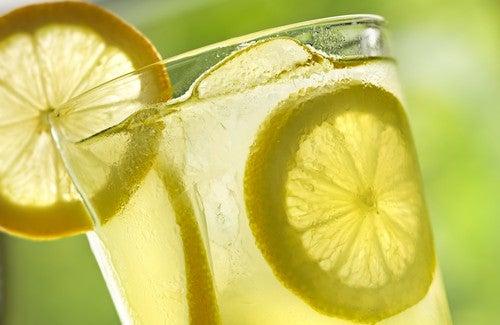 10 fordeler med å drikke varmt sitronvann hver morgen