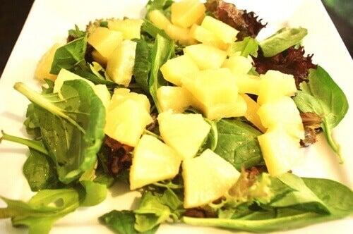 ananas-og-spinatsalat