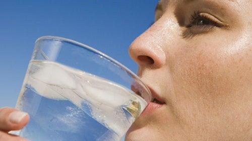drikker vann