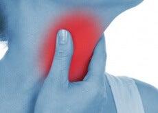 kvinne-berøre-halsen