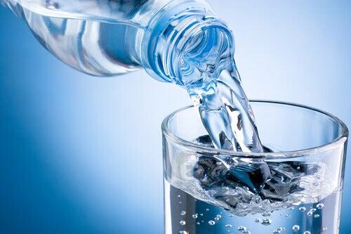grunner til drikke varmt vann pa tom mage