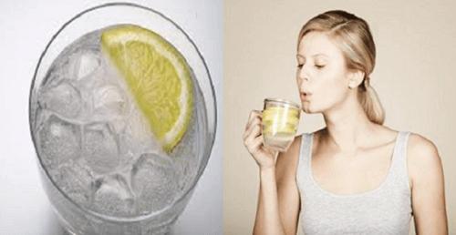 6 grunner til å drikke varmt vann på tom mage