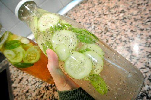 Deilig lemonade av agurk, ingefær og mynte