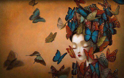 kvinne og sommerfugler