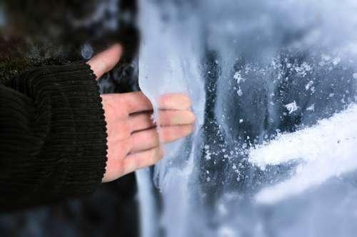 hender berører is