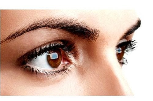 Fyldige og formede øyenbryn
