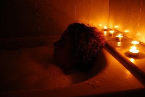 kvinne tar et bad