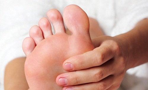 Bli kvitt hard hud under føttene