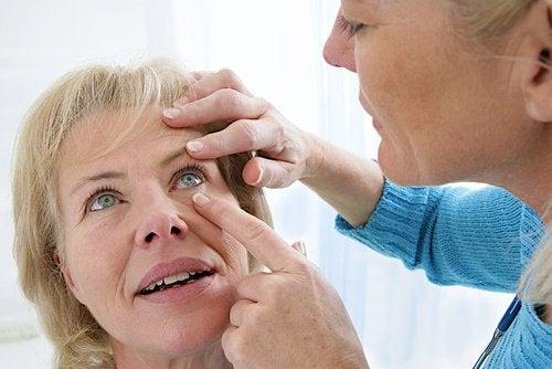 To symptomer på grå stær og naturlige måter å behandle det på