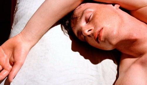 Er det normalt å svette mens du sover?