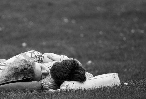 lykkelig par i engen