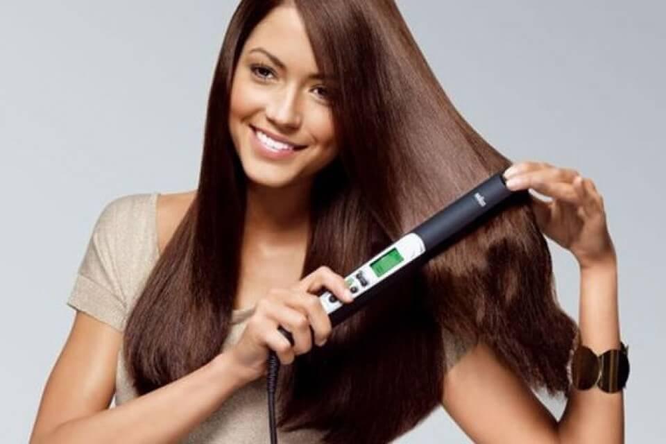 Kvinne krøller håret