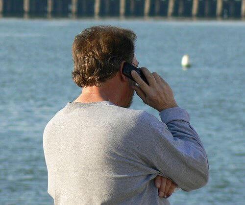 mann snakker i telefonen