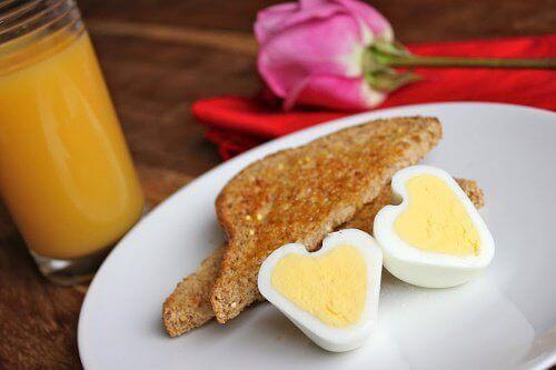 Hvordan lage hjerteformede egg?