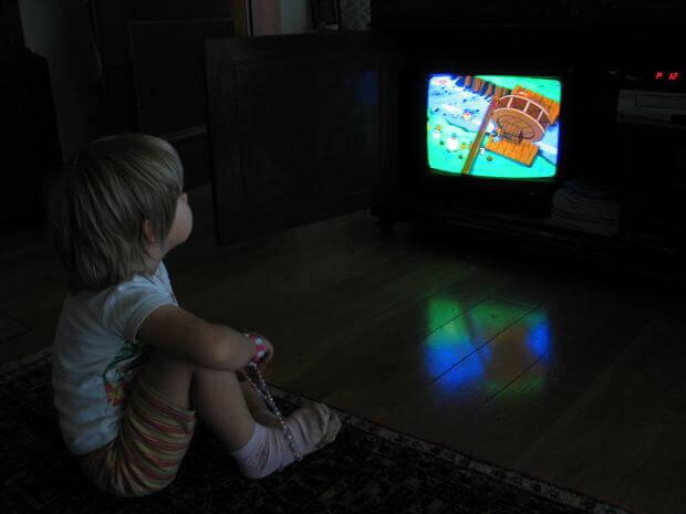 Skadelige effekterav å la barna spise foran TV-en