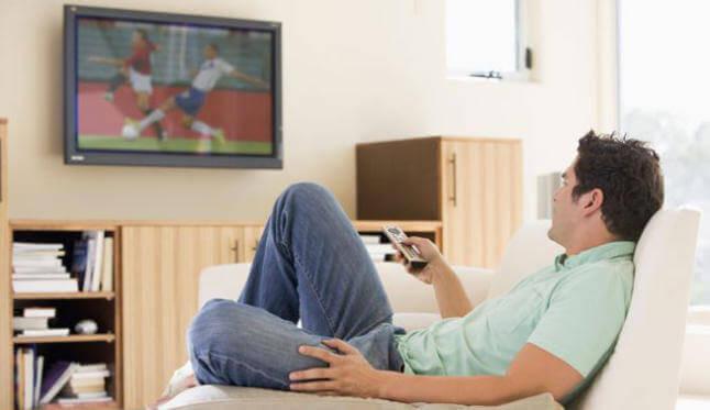 Hvorfor det er skadelig å spise foran TVen