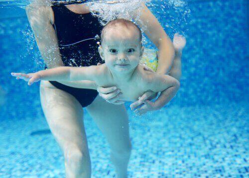 baby-som-svømmer