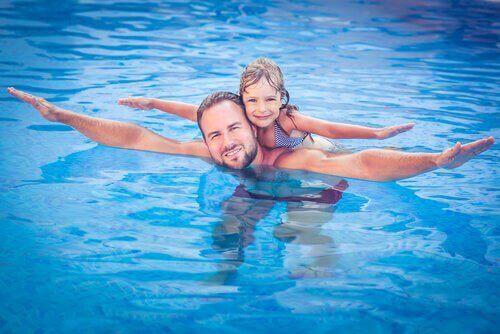 familie-som-svømmer