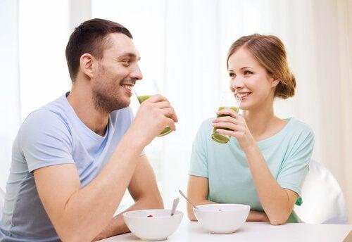 Par spiser frokost sammen
