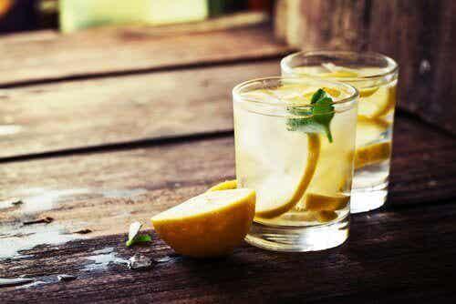 Fordeler med sitronsaft og varmt vann