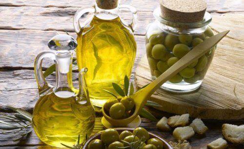 olivenolje hindrer avokadoen fra å oksidere.