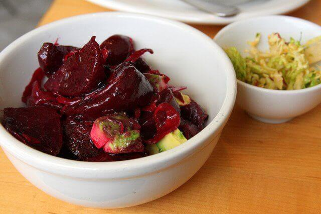 Å spise rødbete i salat