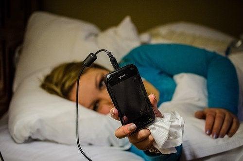 4-mobiltelefon-i-sengen