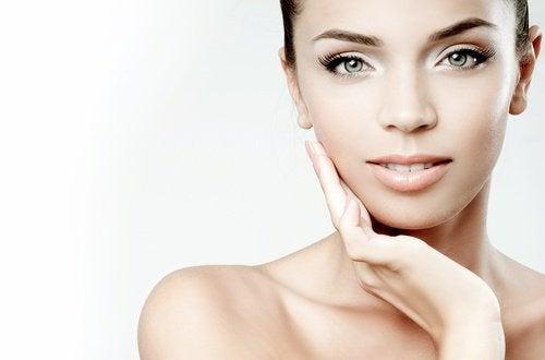 5 triks for å gjøre ansiktet ditt vakrere hjemme