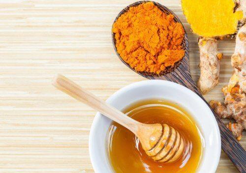 Behandling med gurkemeie og honning for leddsmerter