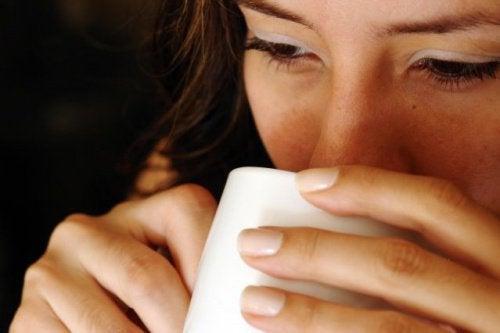 7 fordeler med varmt vann på tom mage