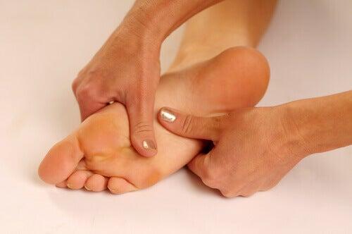 Hva er grunnen til at vi får smerter i hælene?