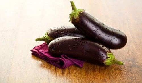 Gå ned i vekt med vann med aubergine og sitron