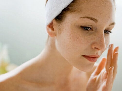elastisk hud i ansiktet