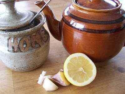 Te med hvitløk og sitron for å starte dagen