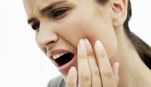 10 naturlige behandlinger for å lindre alvorlig tannpine