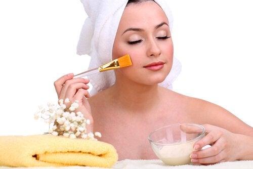 ansiktsmaske av gelatin og melk