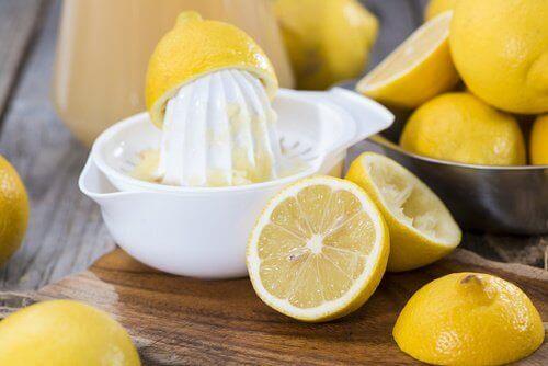 ansiktsmaske av gelatin og sitron