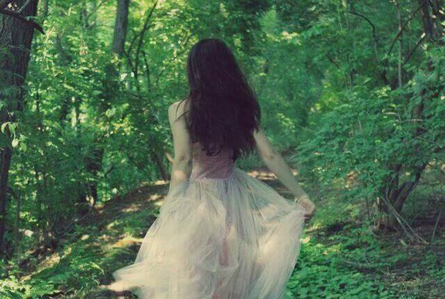 kvinne-i-skogen