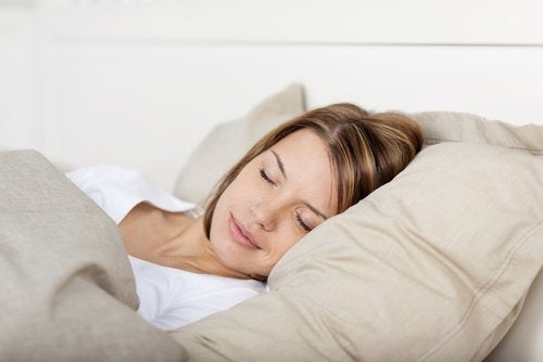 kvinne-sover