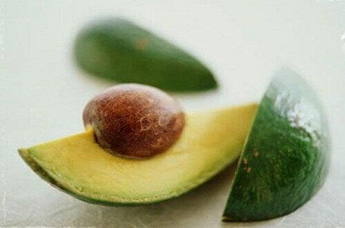 9 grunner til å spise avokadosteiner