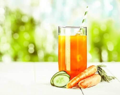 Juice med gulrot, eple, appelsin og agurk