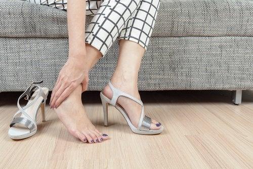 Høye hæler forårsaker hælsporer