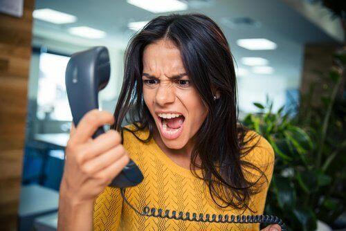 kvinne-roper-til-telefon