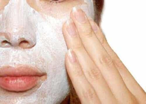 Hvorfor og hvordan bør du eksfoliere huden?
