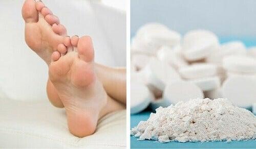 Bruk aspirin for å fjerne hard hud på føttene