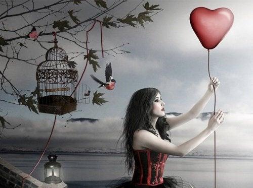 kvinne-holder-hjerteformet-ballong