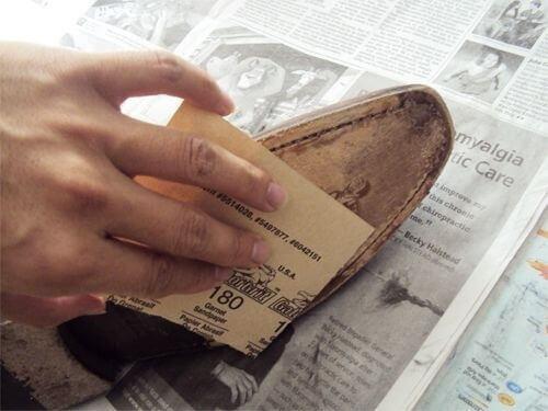Puss sålene på skoene med sandpapir