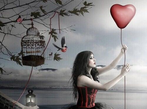 Kvinne holder en hjerteballong